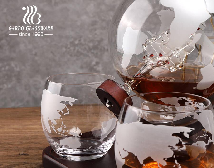 مجموعة إناء ويسكي كروية عالية الجودة مع أكواب محفورة مجموعة إناء نبيذ وورلد مع قاعدة خشبية