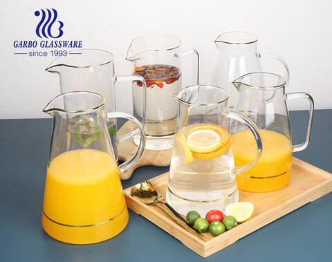 冷たい飲み物用の口の金の縁と注ぎ口のある透明なガラスの沸騰した水ピッチャーを備えた1700リットルのパイレックスガラスピッチャー
