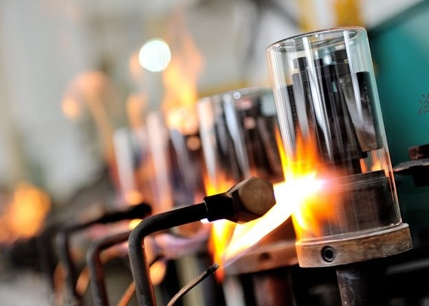 What is the difference between hand blowing glassware and machine blowing glassware?