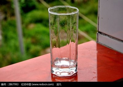 Is it better to drink water with ceramic cup or glass cup