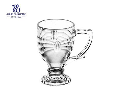 caneca de vidro de café com pé