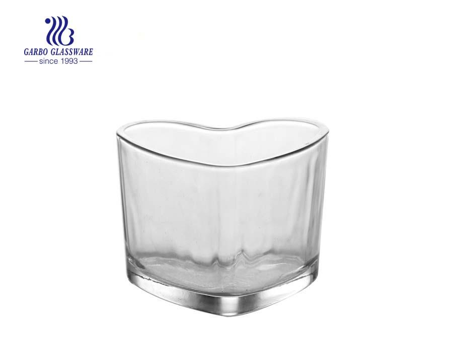 castiçais de vidro brancos e outros coloridos