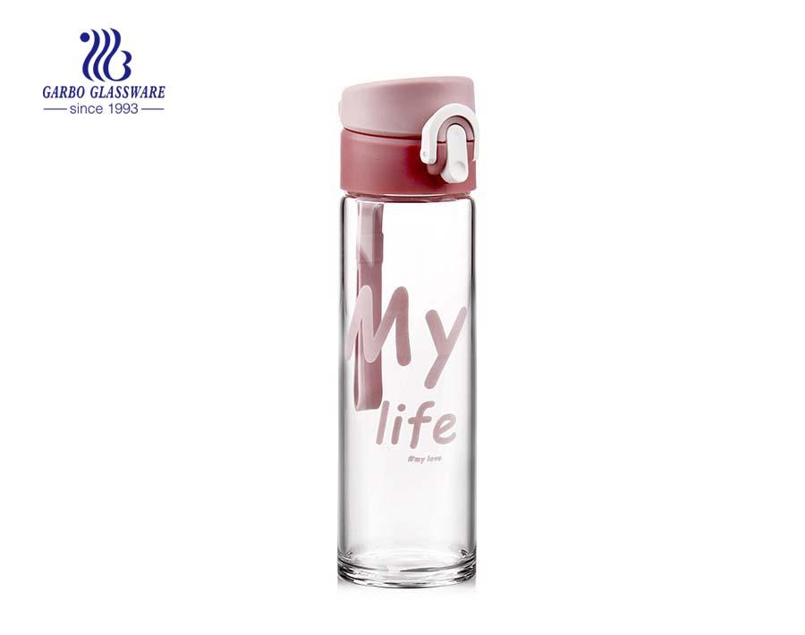 840 مل زجاجة مياه الزجاج الوردي الشارات مع غطاء بلاستيكي