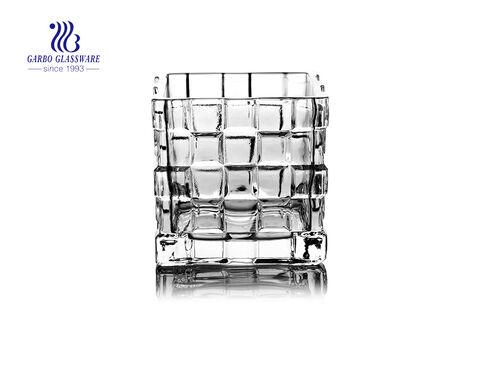 Castiçal de vidro claro dado forma quadrado para o uso da decoração