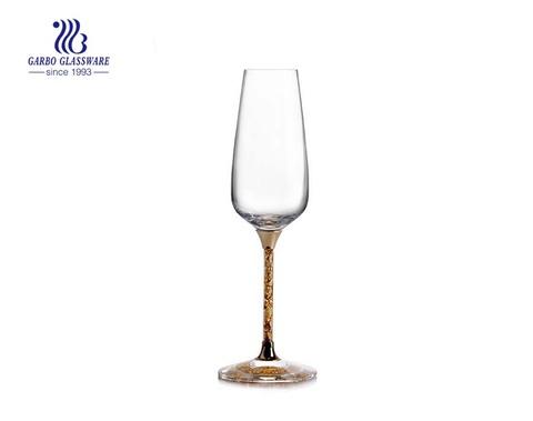 Weinglas mit Kristallglasstiel und hochwertiger Goldfolie