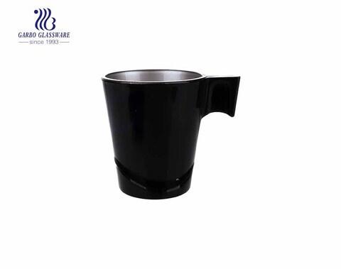 Sprühen Sie eine schwarze Glas-Teetasse mit speziellem Griff