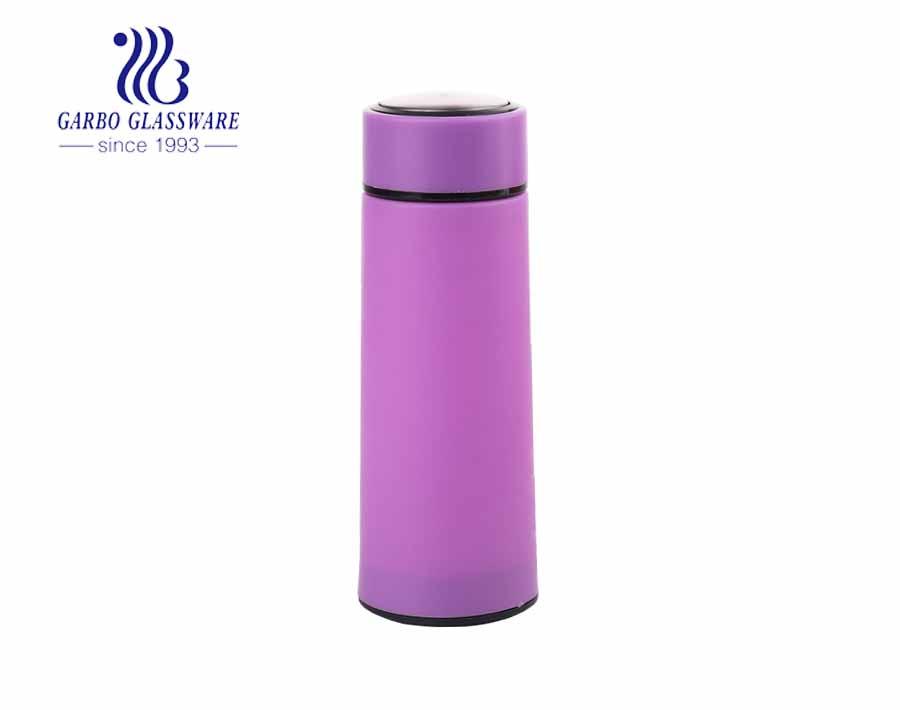 Chai nước thủy tinh 420ml giá rẻ phổ biến với tay nhựa nhiều màu sắc