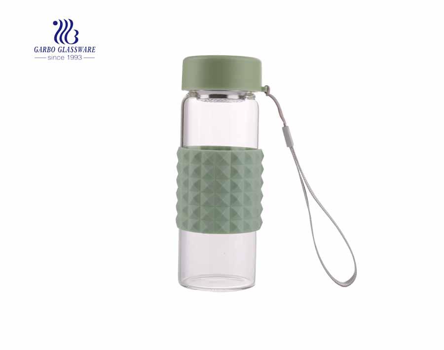 Botella de vidrio de bebida barata al por mayor de 230 ml con funda de silicona