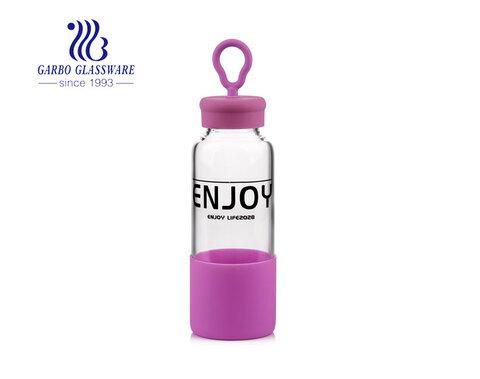 Botella de agua de vidrio de borosilicato de 16 oz para deportes y aire libre con calcomanía y funda de silicona