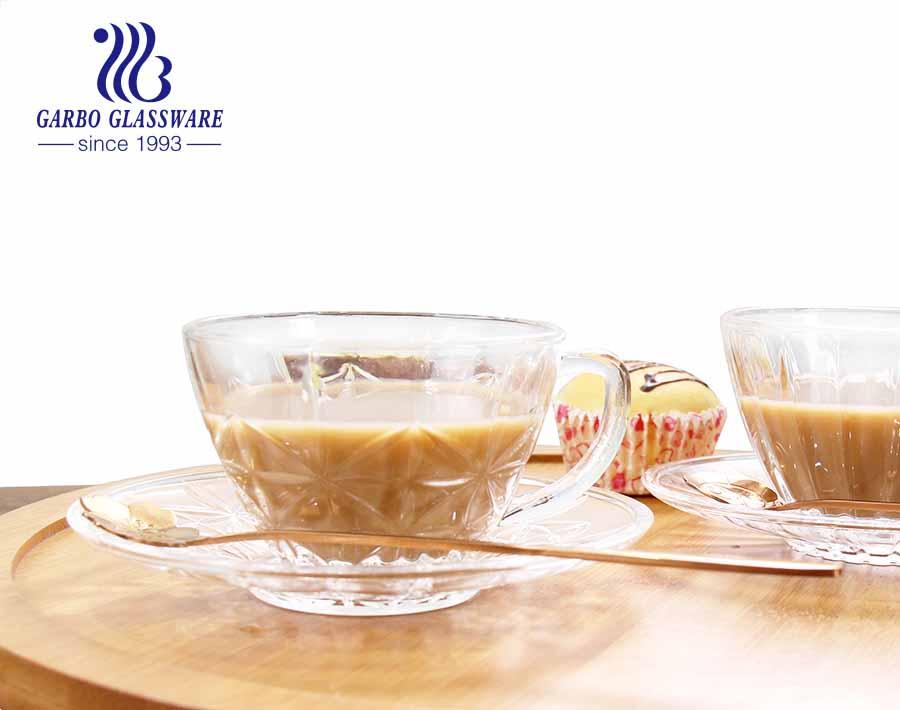 Glas-Kaffeetasse im europäischen Stil mit Untertassen, klaren Teetassen und Untertassen