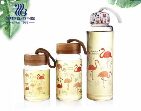 9オンスフラミゴデザインホウケイ酸ガラスボトル鉛フリーの水貯蔵ボトル、竹の蓋または布の蓋付き