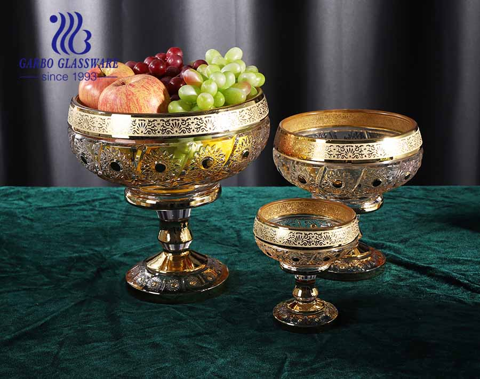 Juego de frutero de vidrio blanco alto Garbo con diseño chapado en oro con patrón de girasol tallado
