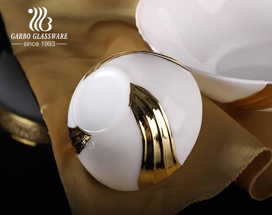 Cacerola cuadrada de vidrio opalino de 1.8L con tapa y galvanizado dorado para microondas