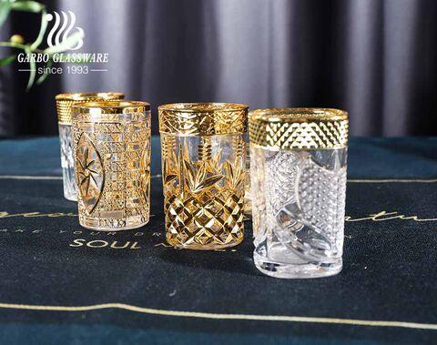أسواق آسيا الوسطى محفورة في أكواب زجاجية مطلية بالكهرباء بلون ذهبي لتقديم الشاي