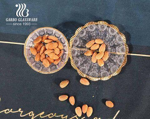 وعاء حلوى الفول السوداني بزجاج عباد الشمس منقوش على الطراز التركي مع صحن بحافة ذهبية مزخرفة