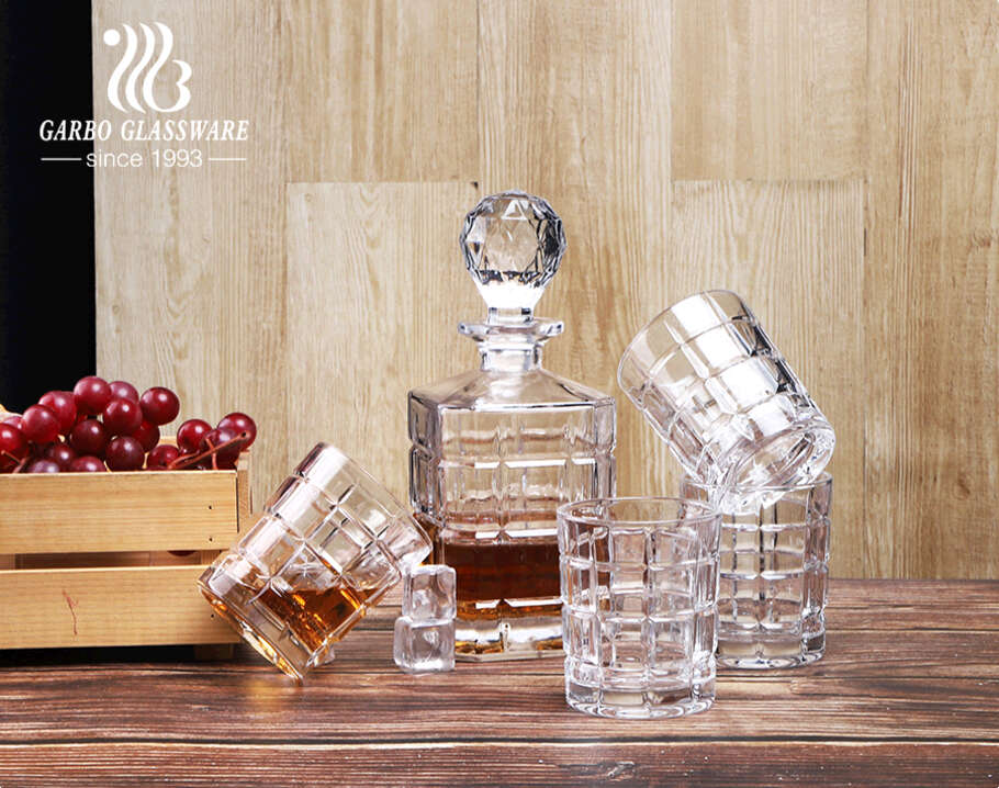 Crystal glass whiskey decanter sets with glasses 850ml square decanter with engraved pattern