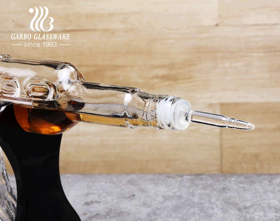 مجموعة دورق ويسكي البورسليكات مع أواني خشبية على شكل مسدس AK-47 مع أربعة أكواب رصاصة
